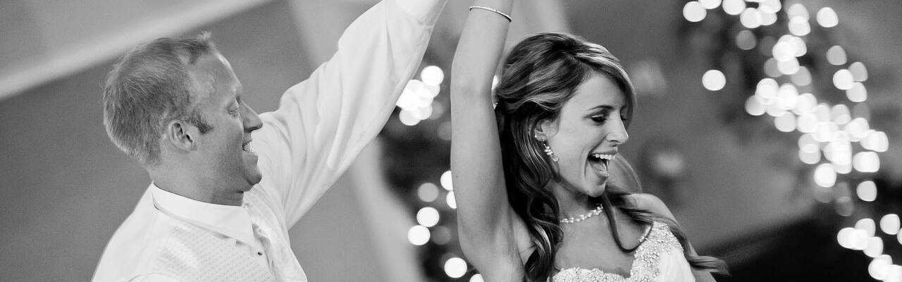 Bild av dansande bröllopspar